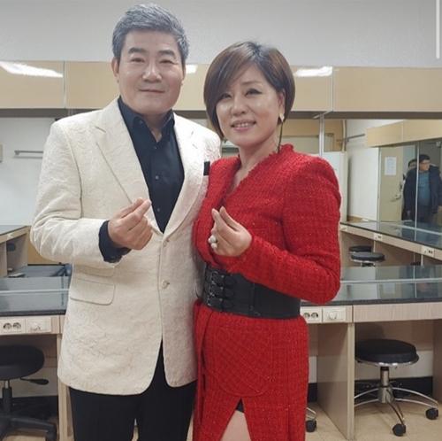 """한혜진X진성, 손 하트로 뽐낸 케미 """"각자의 길 향해 걷는 중"""""""