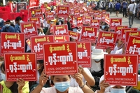 미얀마 경찰, 시위대에 실탄 사격…최소 2명 사망